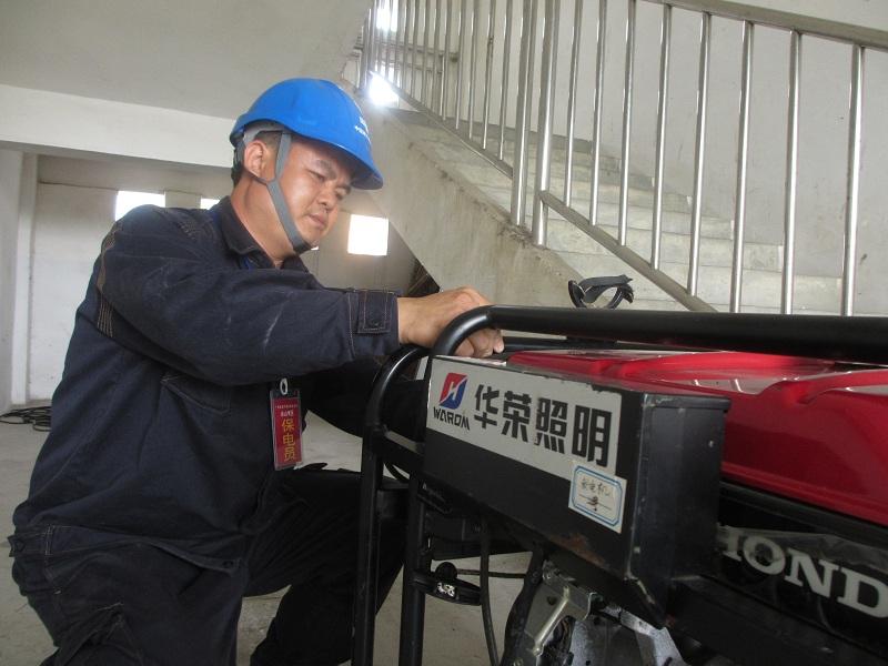 罗金锋在高考保供电现场调试应急发电机.jpg